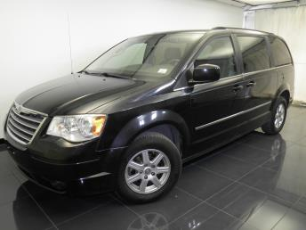 2010 Chrysler Town and Country - 1100042548
