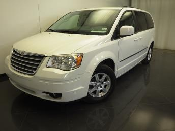 2010 Chrysler Town and Country - 1310011280